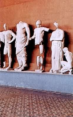 Postavy ze štítu Diova chrámu